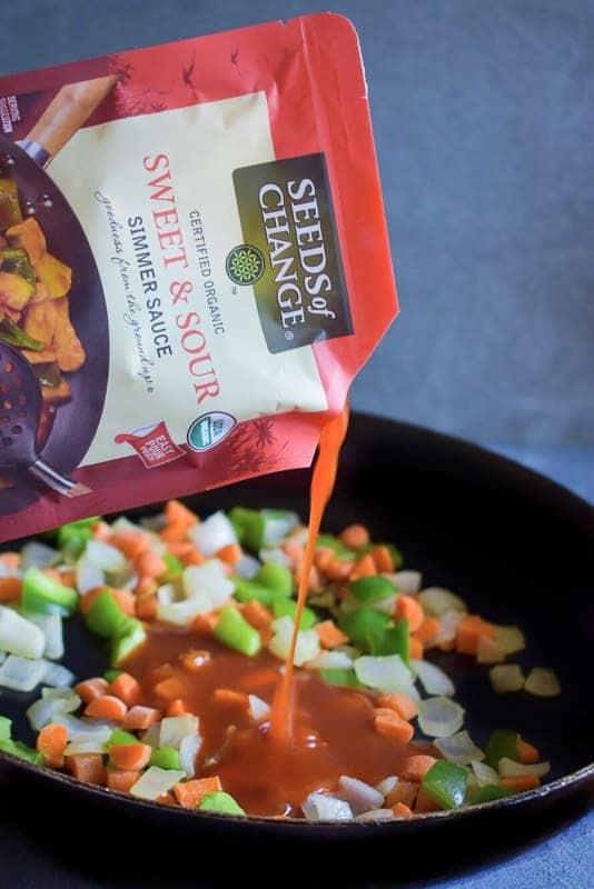 pour-sauce-in-veggie